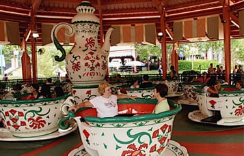 People riding Der Wirbelwind swing ride at Busch Gardens Williamsburg